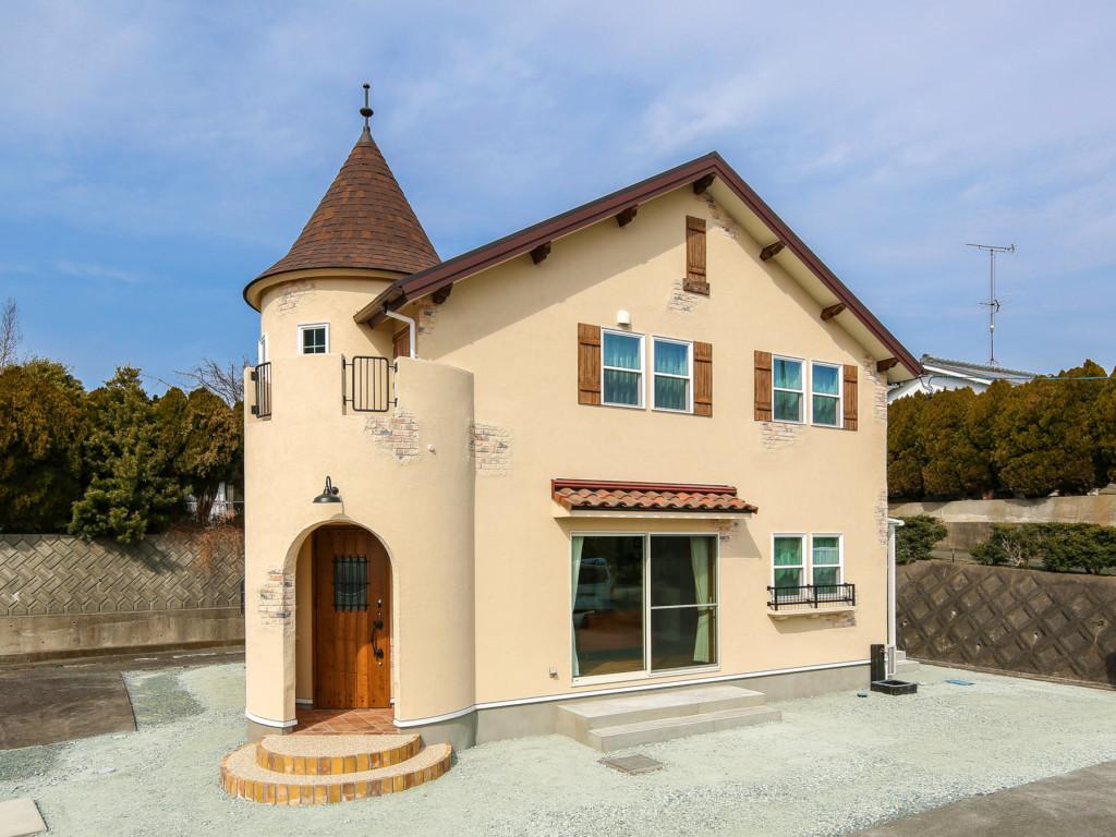 浜松市に建つ丸い塔がある家の斜めから見た外観写真