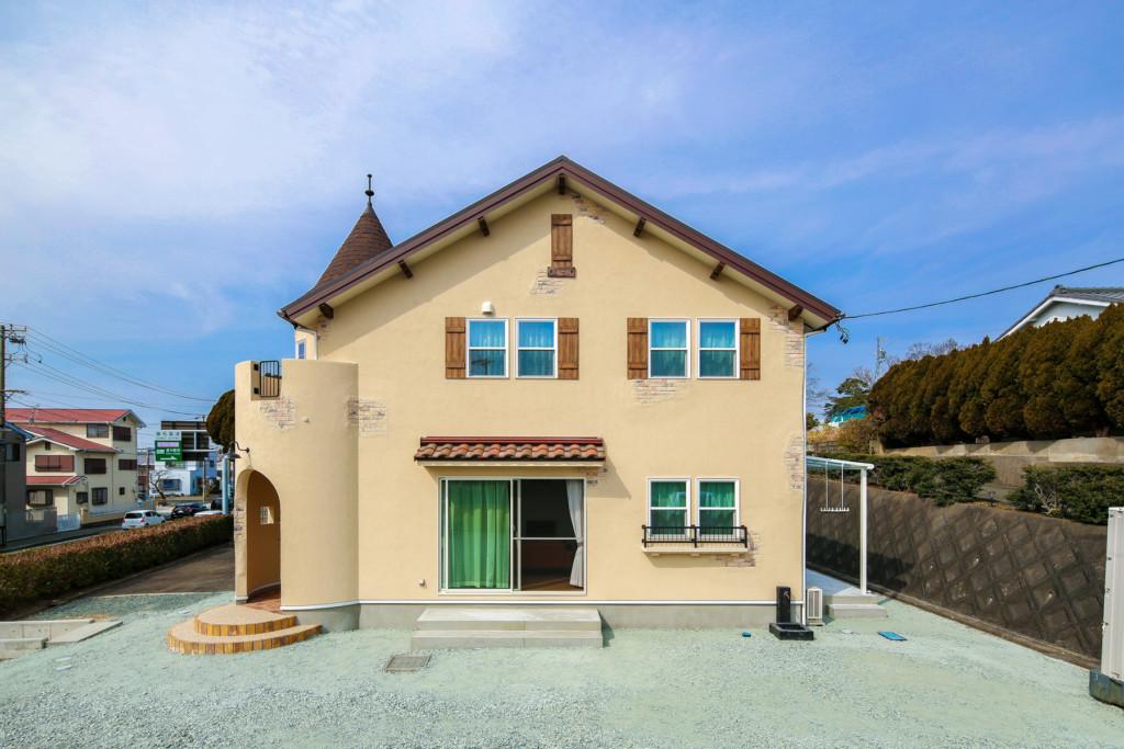 浜松市に建つ丸い塔がある家の正面の外観写真