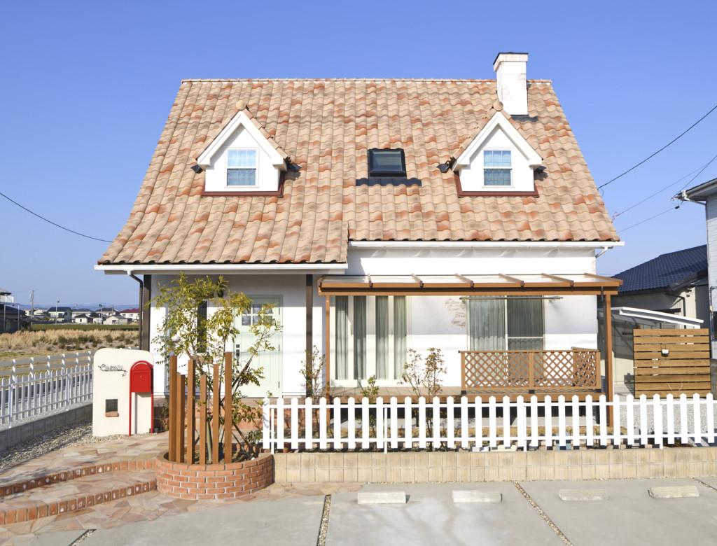 浜松市にある三角屋根の家の正面から見た外観