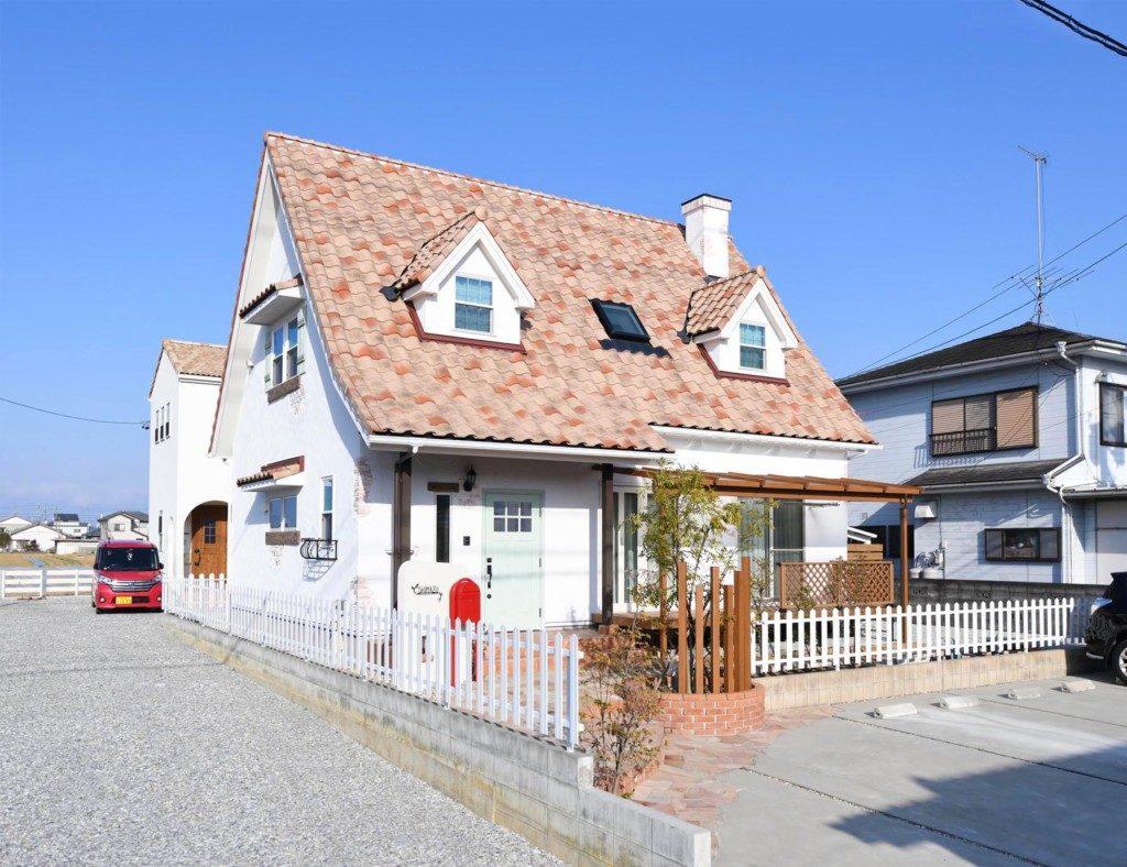 浜松市で輸入住宅はエコーアートが施工した三角屋根の家の外観写真