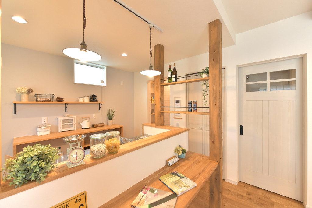 浜松市の工務店のエコーアートが建てたナチュラルかわいい家のダイニングカウンター写真