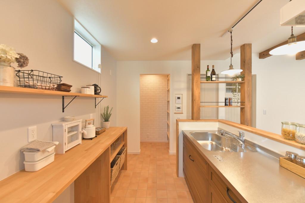 浜松市の工務店のエコーアートが建てたナチュラルかわいい家のキッチン横写真