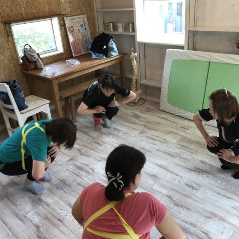 浜松市の注文住宅会社のエコーアートが主催するおけいこイベント骨盤体操の運動写真