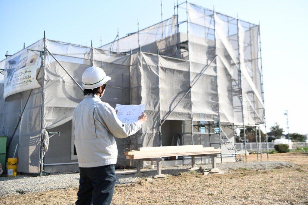 浜松市の工務店のエコーアート社員が現場チェックしている写真