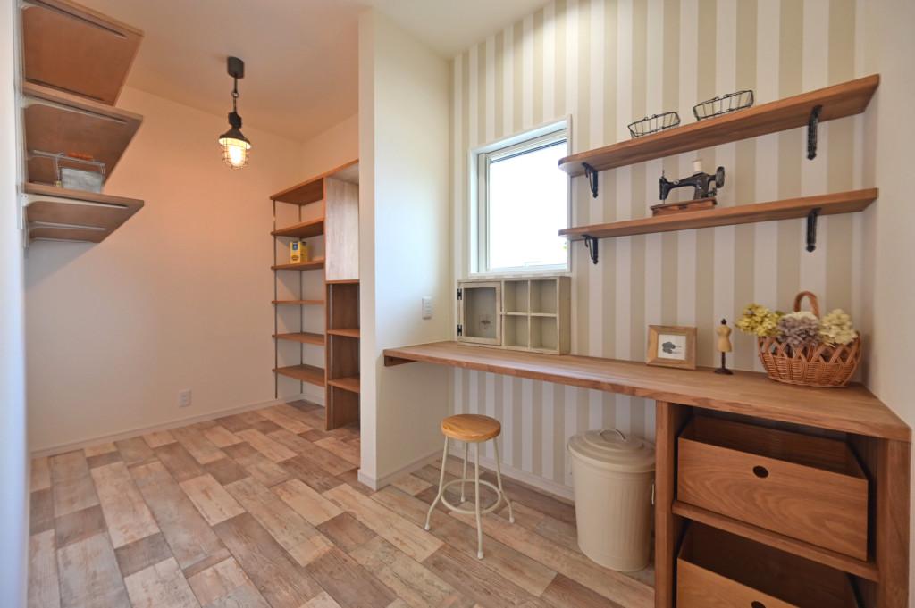 浜松市の工務店のエコーアートが建てたアーチ壁がおしゃれなフレンチスタイルの家の家事室写真