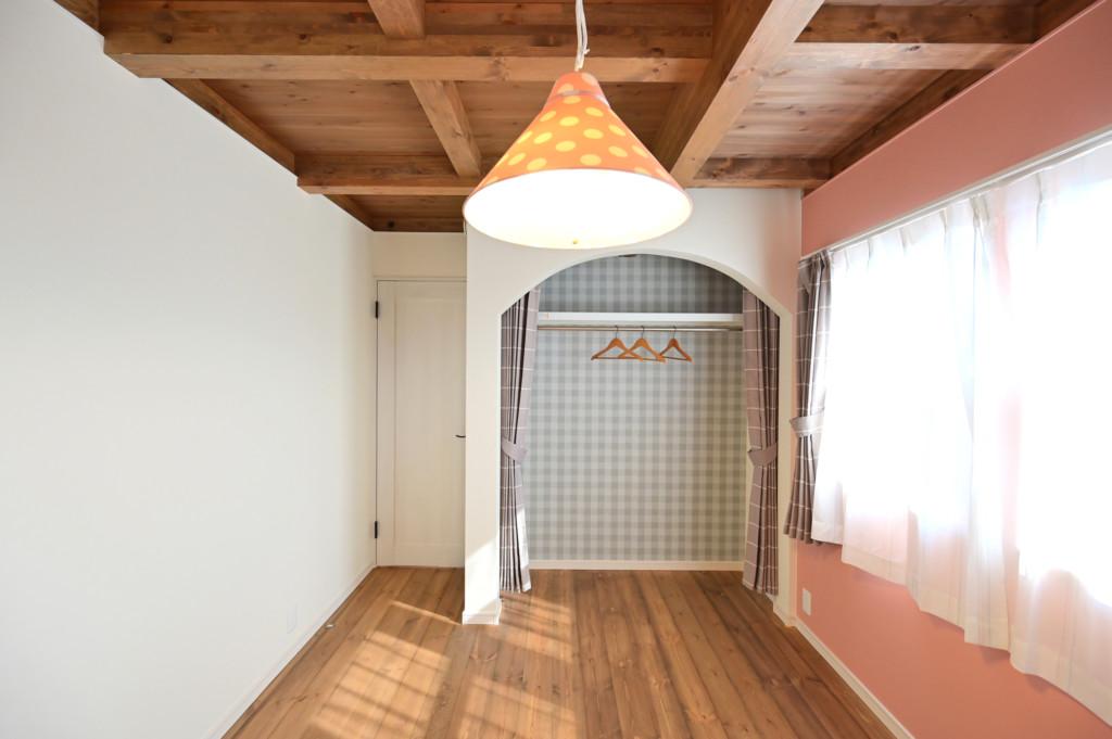 浜松市の工務店のエコーアートが建てたアーチ壁がおしゃれなフレンチスタイルの家の子供室写真