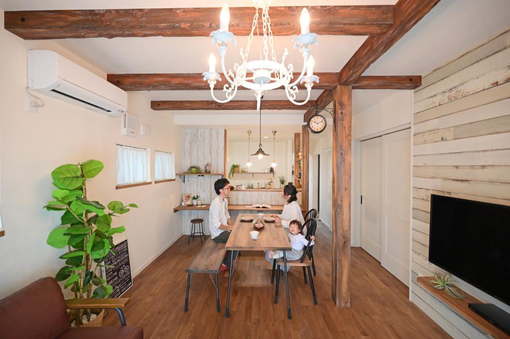 浜松市の工務店のエコーアートが建てたアーチ壁がおしゃれなフレンチスタイルの家のリビング写真
