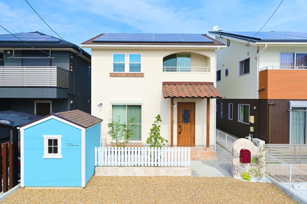 浜松市の工務店のエコーアートが建てたアーチ壁がおしゃれなフレンチスタイルの家の外観正面写真