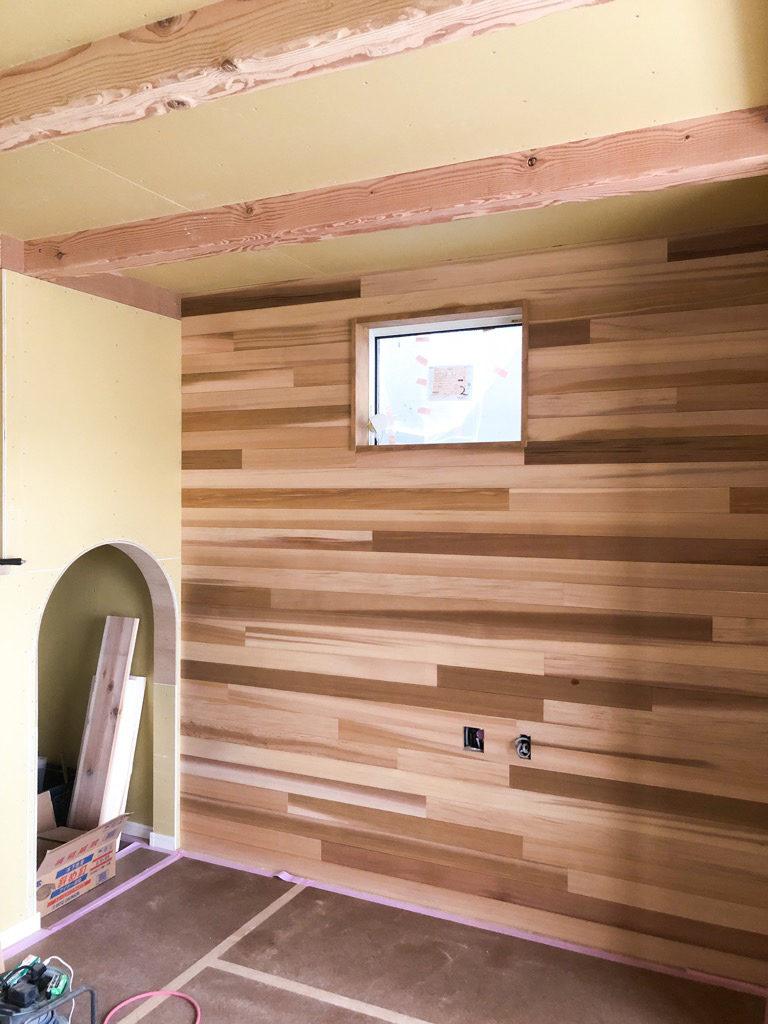 浜松市のエコーアートが施工したレッドシダーとアーチ壁の写真