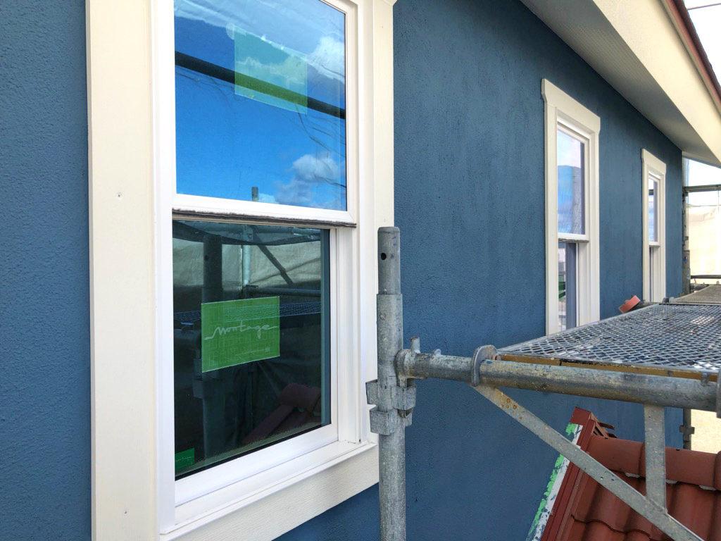 浜松市でカラフルママンの家を施工中のエコーアートが撮影したブルーの塗り壁と窓枠写真