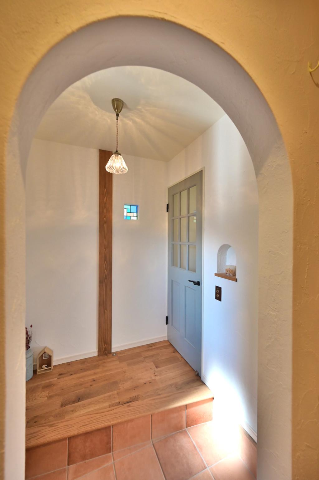 ロフトがあるオシャレなデザインの家の玄関ホール写真