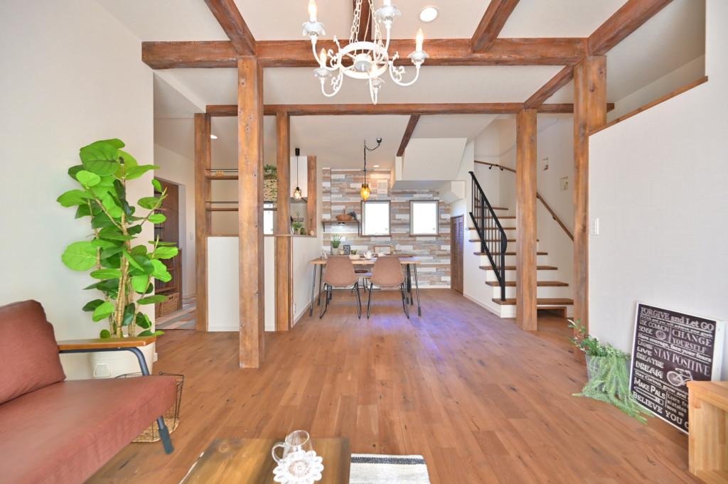 ロフトがあるオシャレなデザインの家のリビングダイニング正面写真