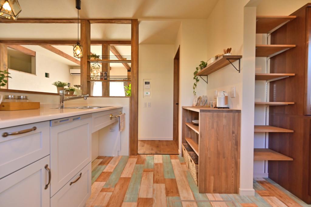 ロフトがあるオシャレなデザインの家のキッチン写真