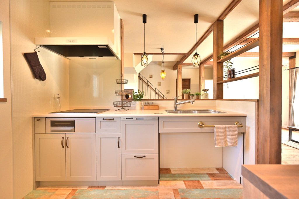 ロフトがあるオシャレなデザインの家のキッチン正面写真