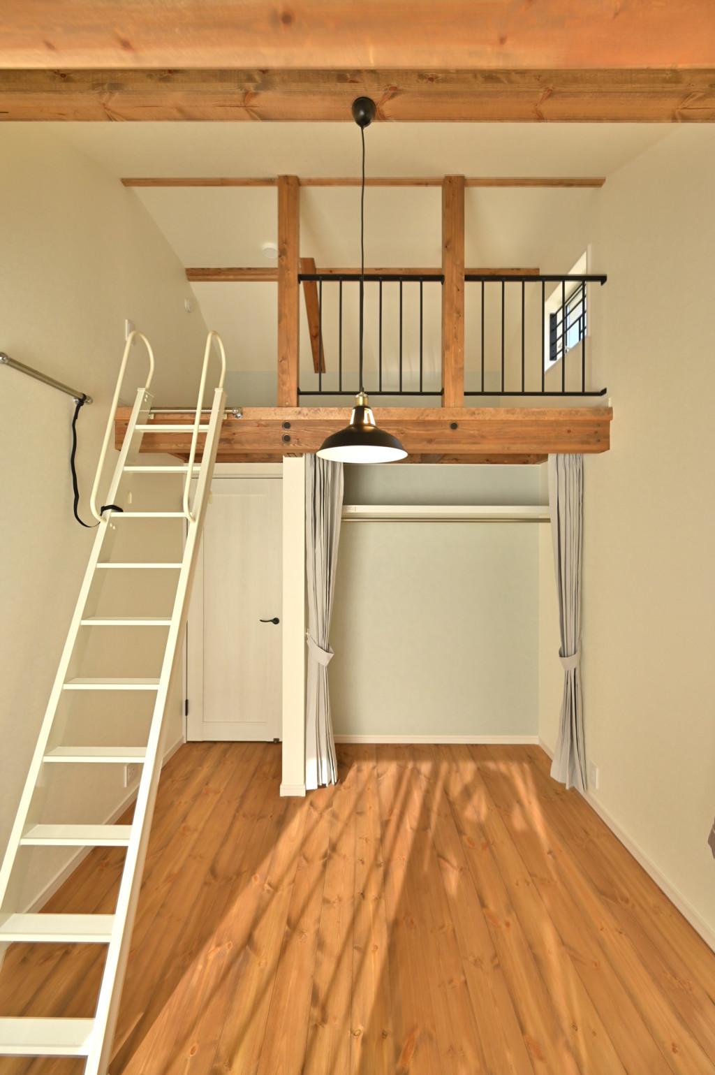 ロフトがあるオシャレなデザインの家の子供室写真