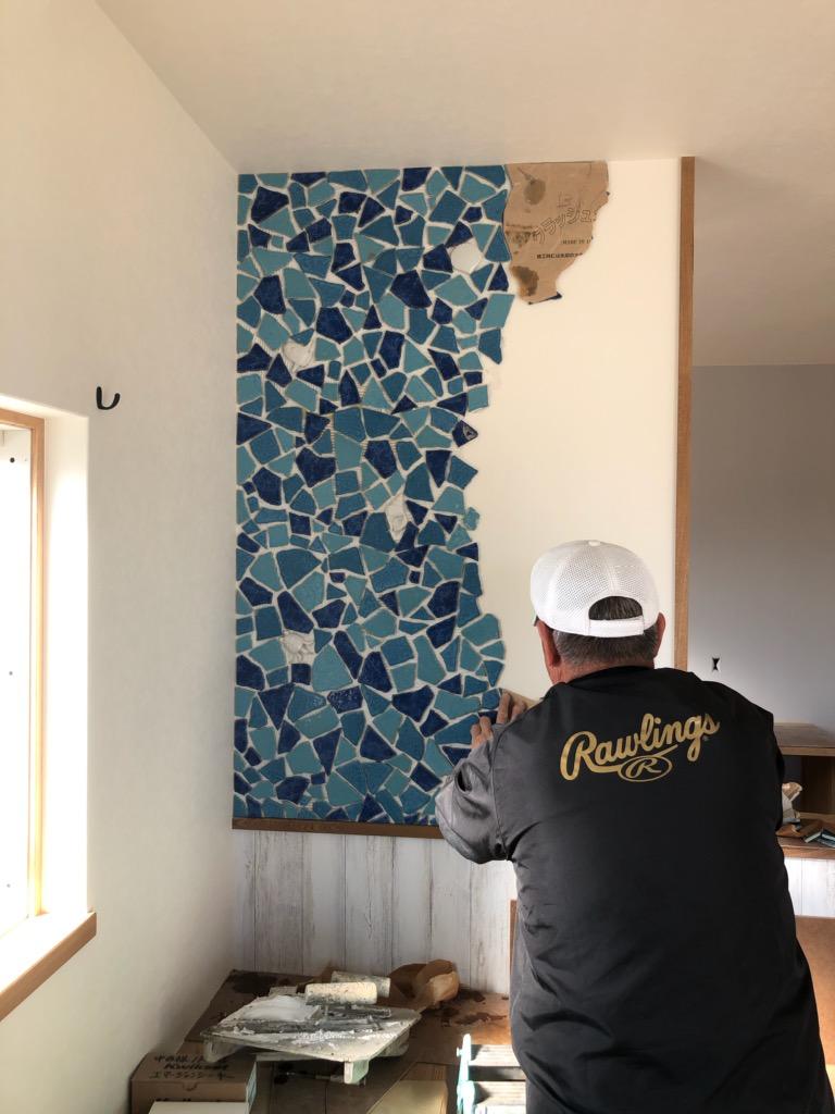 浜松市の注文住宅会社のエコーアートがタイル施工する施工風景写真
