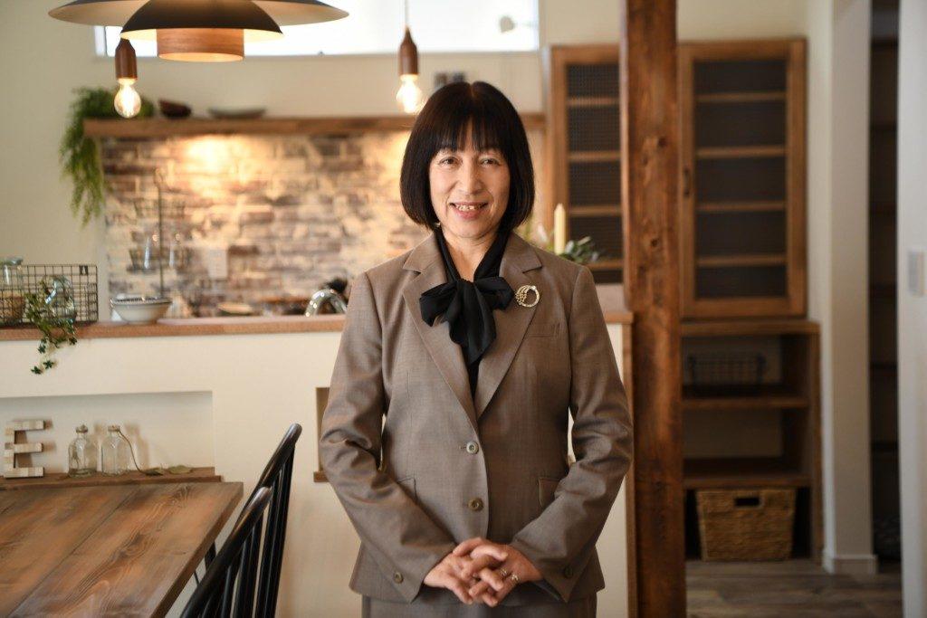 浜松市で塔のある家を建てたエコーアートの女性スタッフ写真