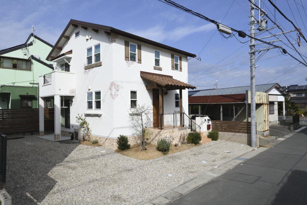 浜松市でメンテナンスが掛かりにくい家を造っているエコーアートの塗り壁仕上げのかわいい家の全景写真