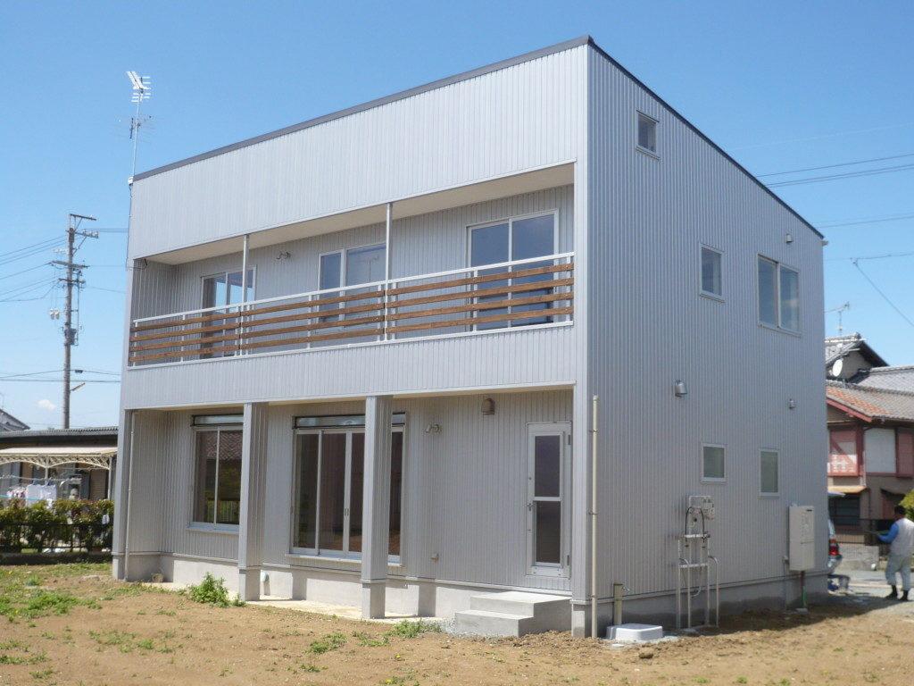 浜松市でメンテナンスが掛かりにくい家を造っているエコーアートのガルバリウム鋼板施工の写真