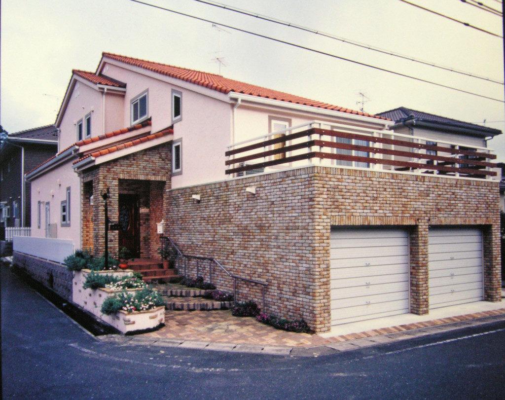 浜松市でメンテナンスが掛かりにくい家を造っているエコーアートのレンガ張りの外観写真
