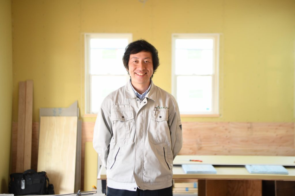 浜松市でメンテナンス費用が掛かりにくい家を造っているスタッフ写真