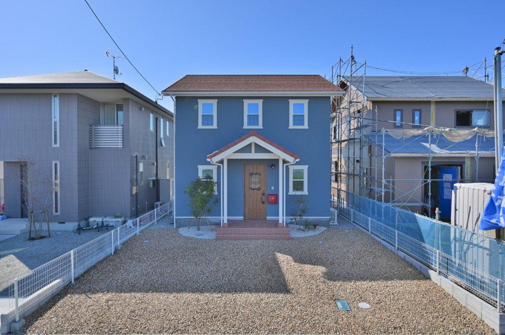 浜松市でメンテナンスが掛かりにくい家を造っているエコーアートの塗り壁仕上げのかわいい家の外観写真