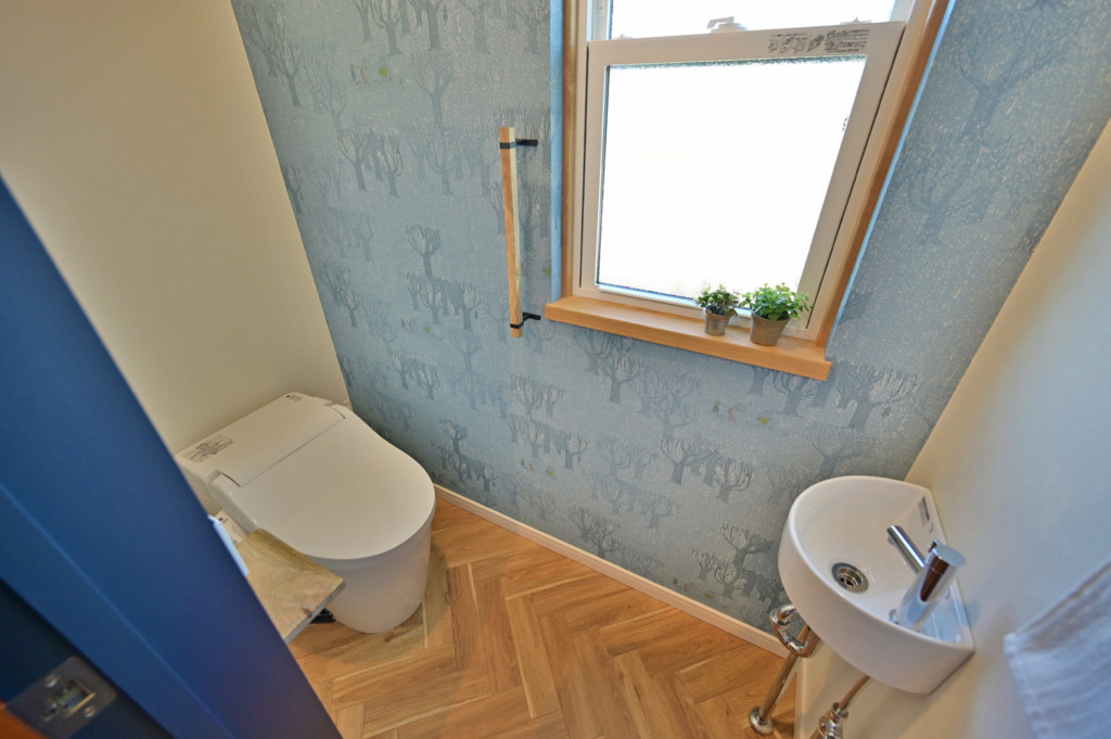 浜松市でエコーアートが建てたカラフルママンの家のトイレ写真