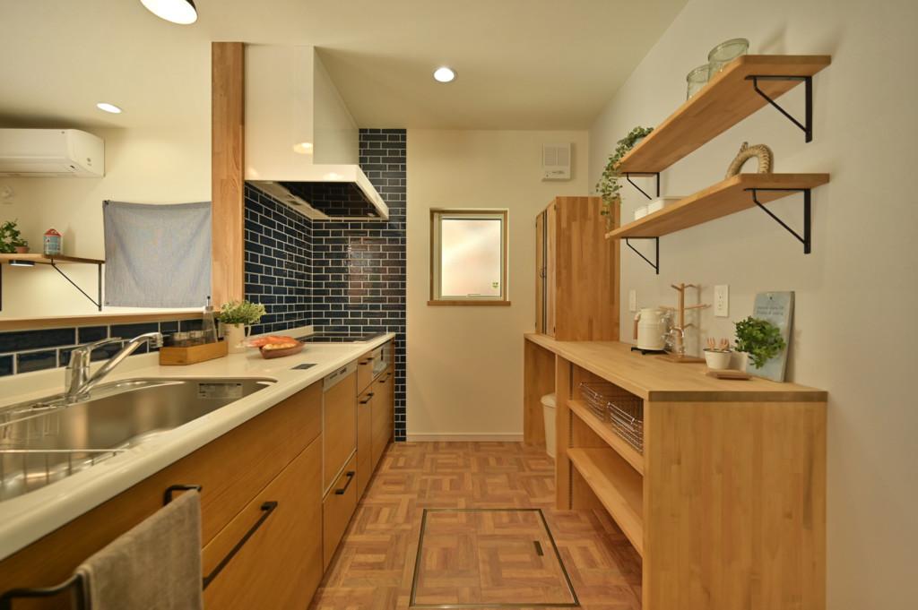 浜松市でエコーアートが建てたカラフルママンの家のキッチン写真
