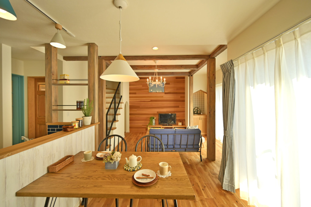 浜松市でエコーアートが建てたカラフルママンの家のリビング写真