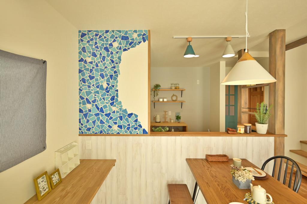 浜松市でエコーアートが建てたカラフルママンの家のクラッシュタイル写真