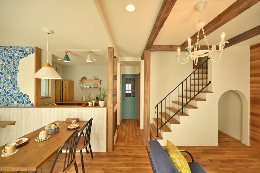 浜松市でエコーアートが建てたカラフルママンの家のリビング階段写真