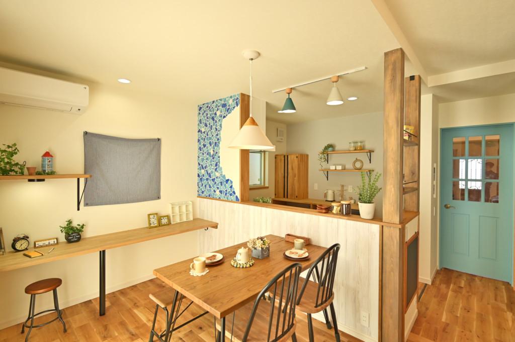 浜松市でエコーアートが建てたカラフルママンの家のダイニング写真
