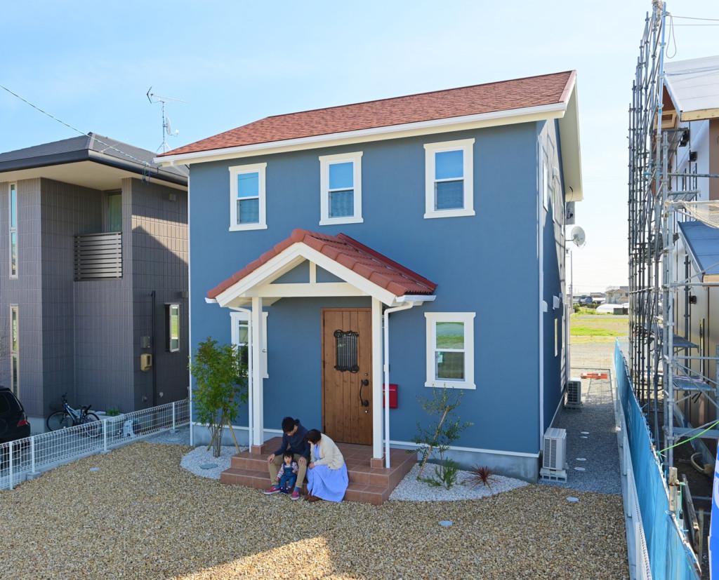 浜松市でエコーアートが建てたカラフルママンの家の外観斜め写真