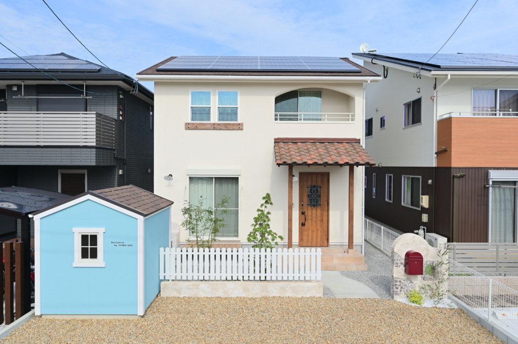 浜松市でメンテナンスが掛かりにくい家を造っているエコーアートの塗り壁仕上げのかわいい家の全景