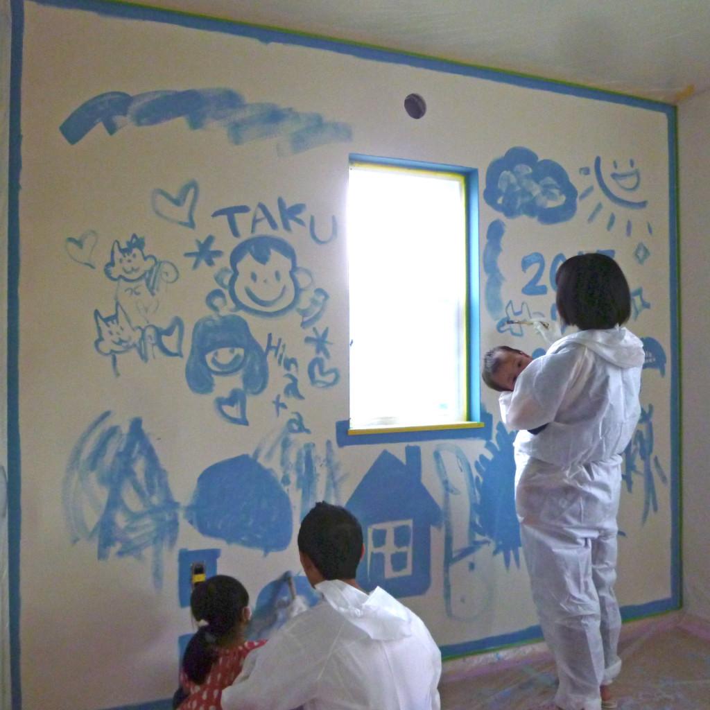 浜松市で家づくりをするお客様とエコーアートによる壁ペンキ塗り写真