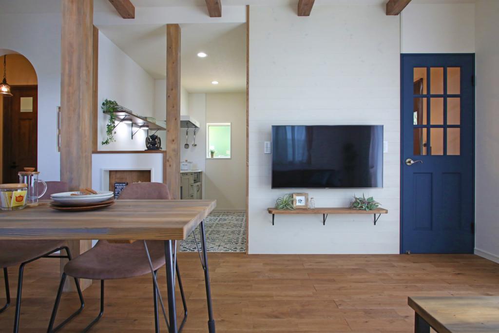 塔のある家の壁掛けテレビ板張り写真