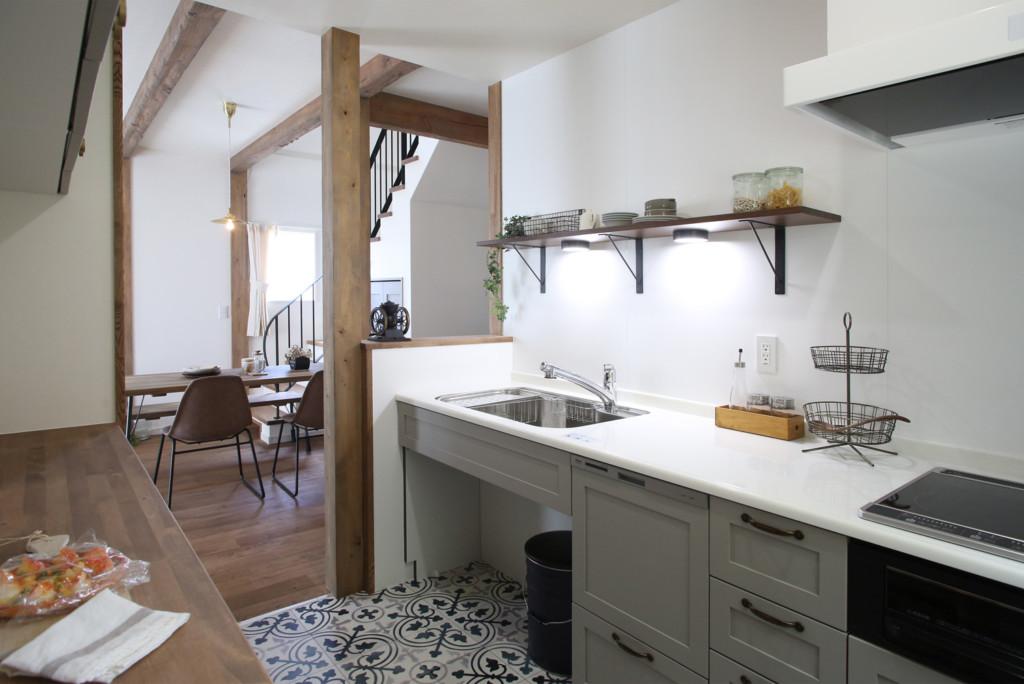 塔のある家のキッチン斜め写真
