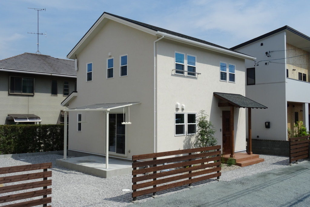 浜松市のデザイン住宅でエコーアートが施工したシンプル塗り壁のかわいい外観写真