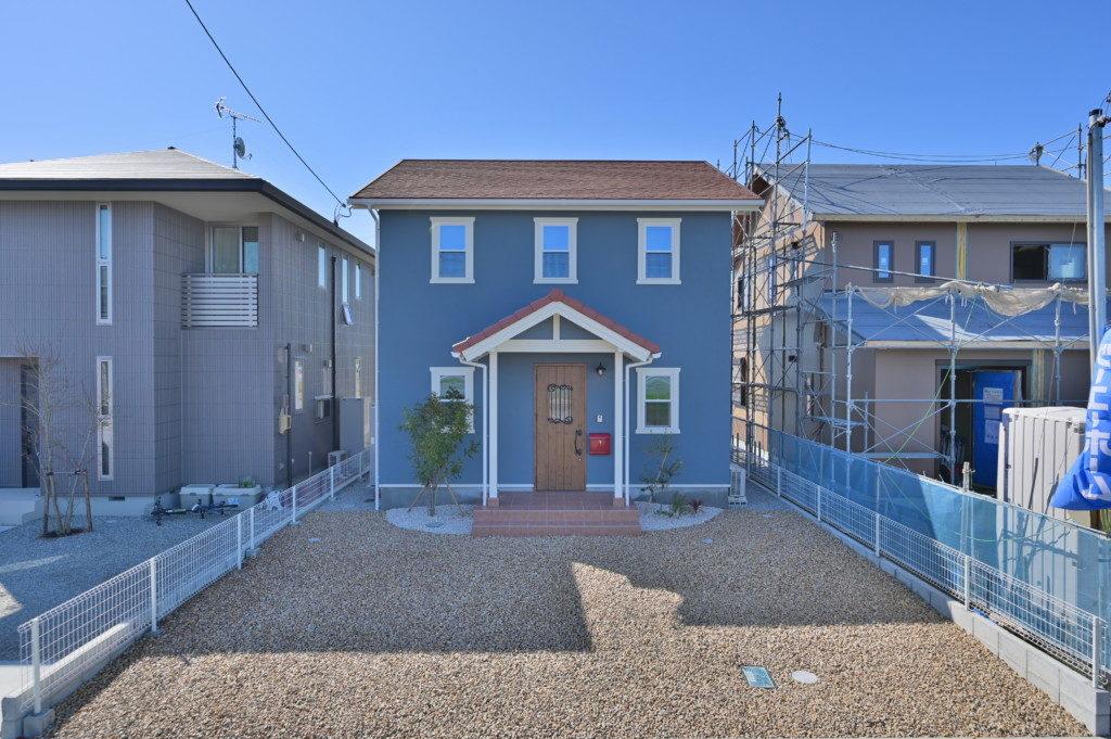 浜松市のデザイン住宅でエコーアートが施工したカラフルママンの外観写真