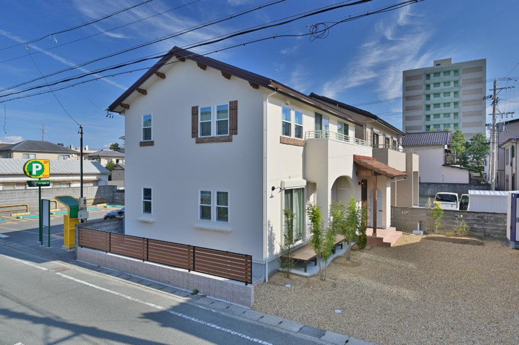 浜松市のデザイン住宅でエコーアートが施工したロフトがあるおしゃれな家の外観写真