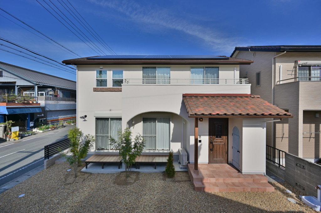 浜松市のデザイン住宅でエコーアートが施工したロフトがあるおしゃれな家の外観正面写真