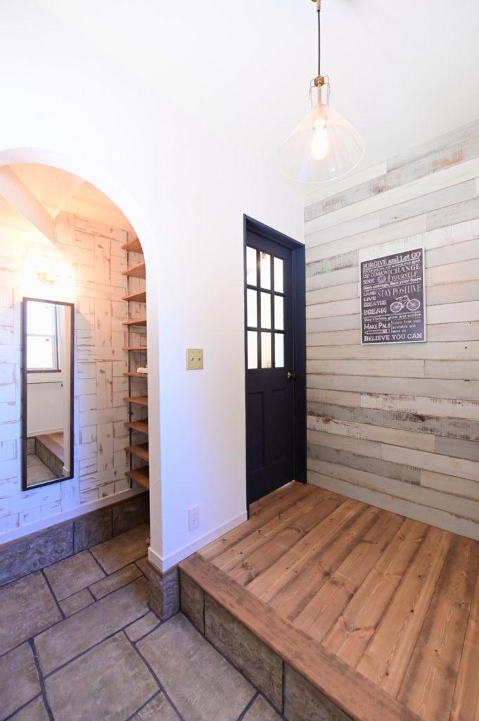 浜松市のデザイン住宅でエコーアートが施工した玄関ホール写真
