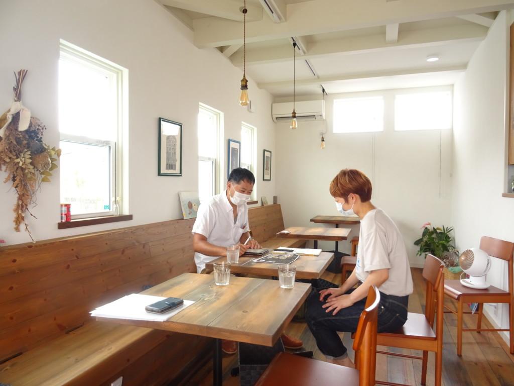 浜松市の注文住宅会社のエコーアートが行うレストランへのインタビュー写真