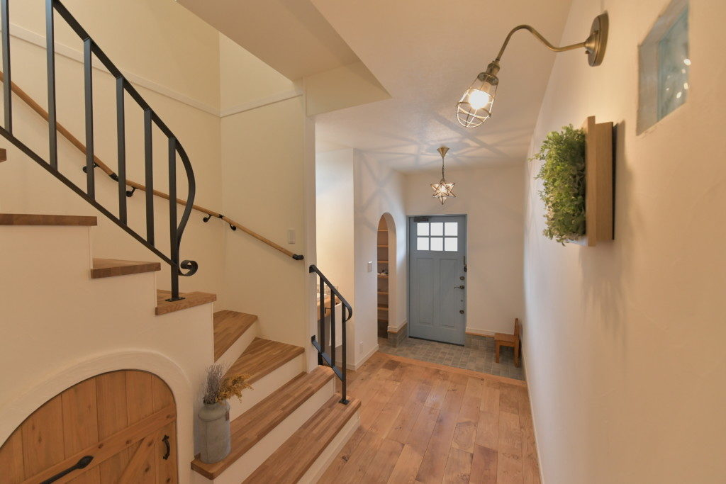 浜松市で間取りを考えた家づくりを実践しているエコーアートのホール階段施工写真