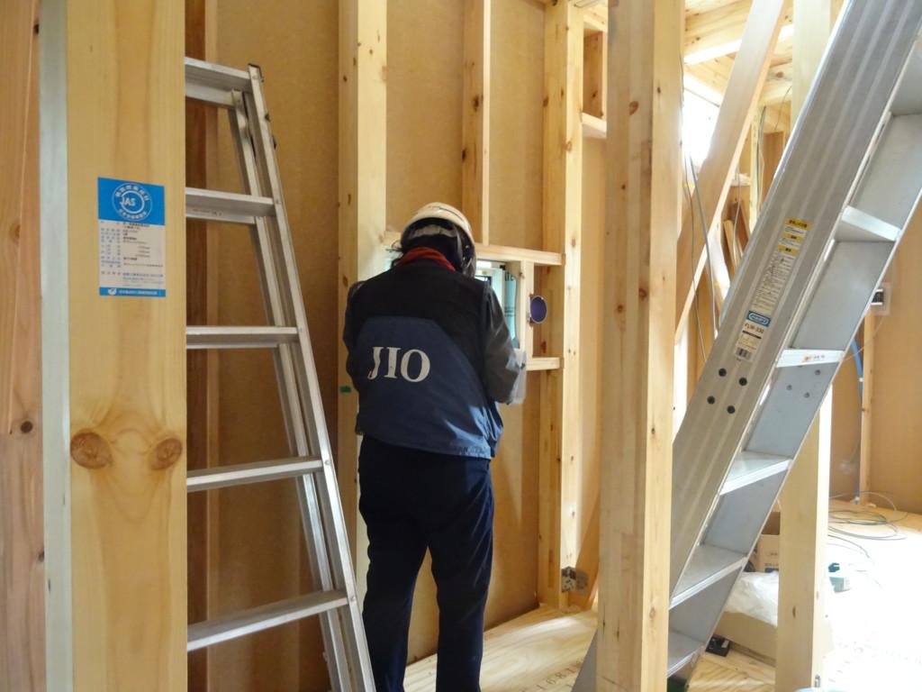 浜松市の注文住宅会社のエコーアートの施工中現場の検査風景写真