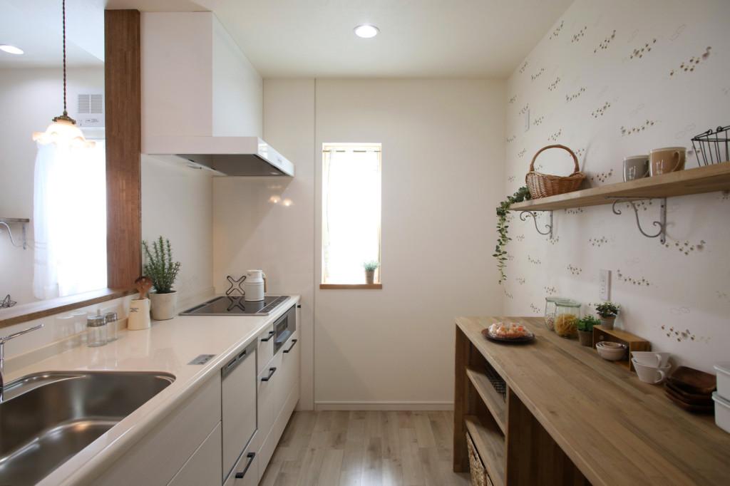 浜松市でエコーアートが建てたナチュラルカフェスタイルのMamanの家のキッチン写真
