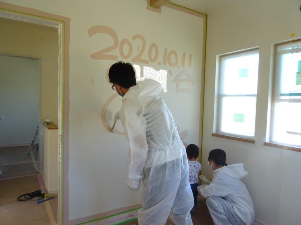 浜松市の注文住宅会社のエコーアートが行う壁ペンキ塗装写真