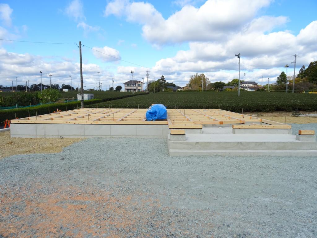 浜松市の注文住宅会社のエコーアートが上棟前に行う土台敷の写真