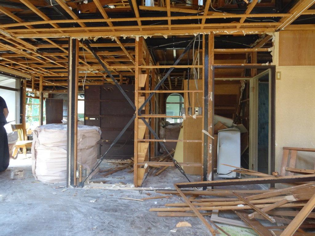 住宅の解体中現場の内観写真