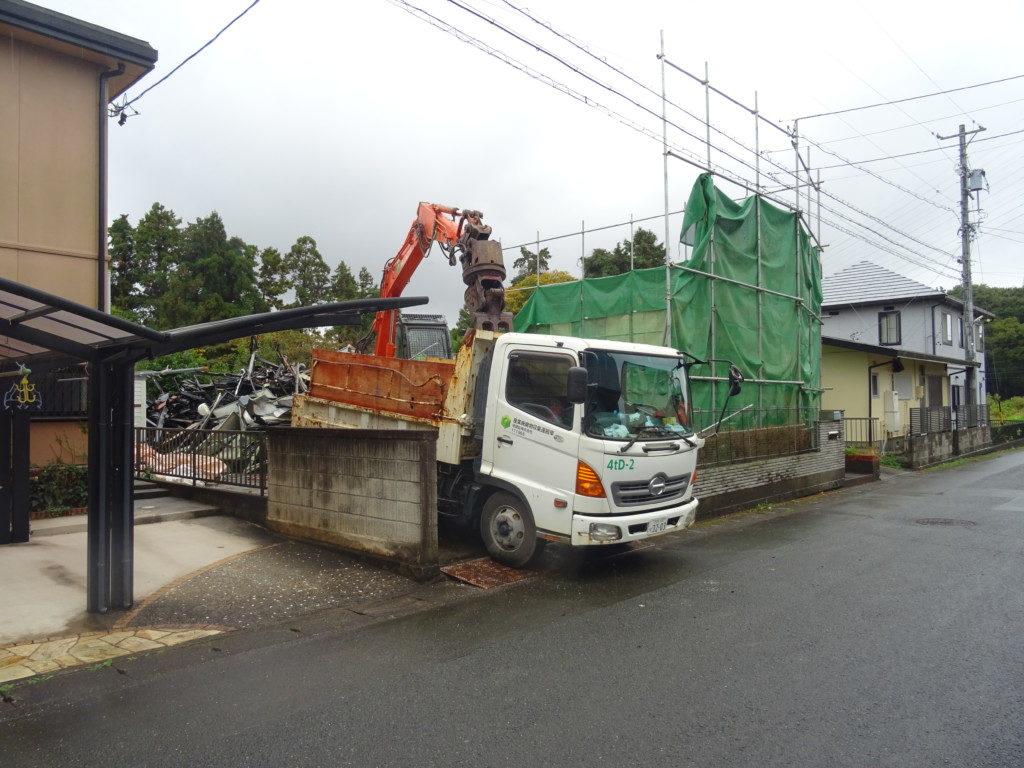 住宅の解体中現場の外観写真
